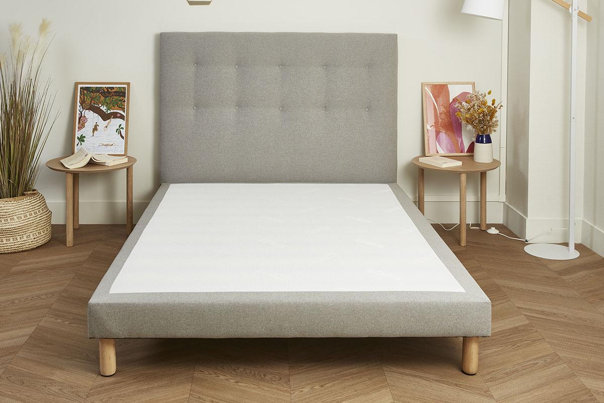 Sommier déco + tête de lit dans une chambre bien décorée.