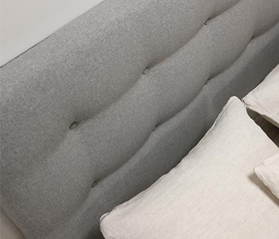 Tête de lit capitonnée avec oreillers