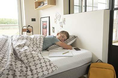 Enfant qui dort dans sa literie Ilobed